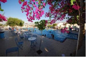 Camping de Fira en Santorini con piscina