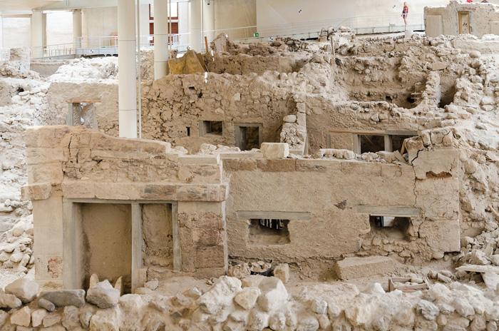 El Yacimiento arqueológico de Akrotiri, un pueblo que se quedó enterrado con la erupción del volcán, por lo que los restos se encuentran en perfecto estado de conservación.